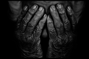 Ältere Menschen verloren in der modernen Welt