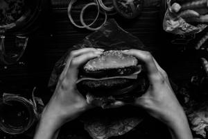 Die negativen Auswirkungen von Junk Food auf unser Gehirn