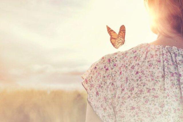 Schmetterling auf einer Frauenschulter