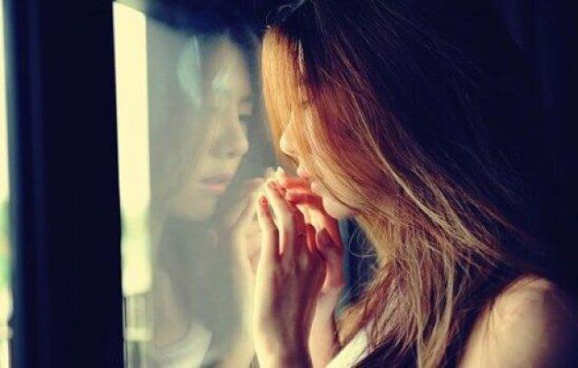 Mädchen, das aus dem Fenster schaut