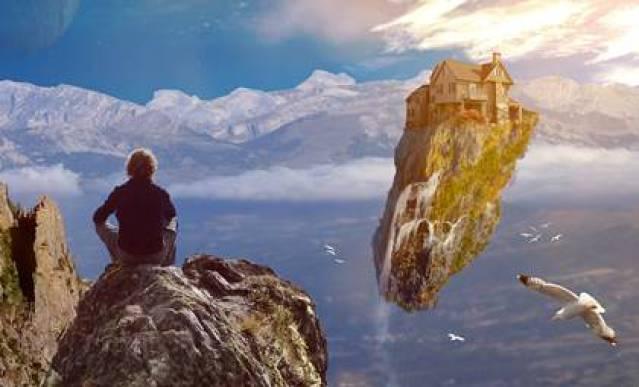 Mann sitzt auf einem Felsen