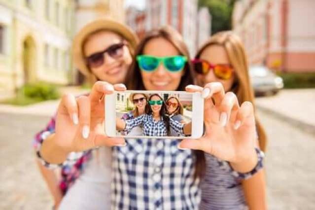 Drei Frauen machen ein Selfie
