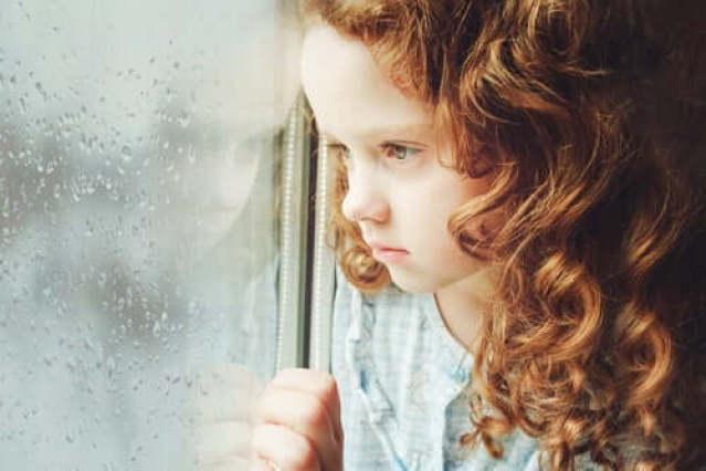 Eisames Kind am Fenster