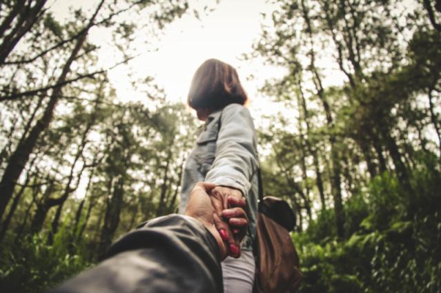 Ein Paar, das sich an der Hand hält
